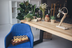 Posto di lavoro dello studio con le scacchiere, gli strumenti artistici del lavoro e le piante verdi Immagine Stock Libera da Diritti