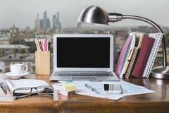 Posto di lavoro di davanzale con il computer portatile Immagini Stock