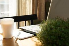 Posto di lavoro domestico con il computer portatile immagine stock