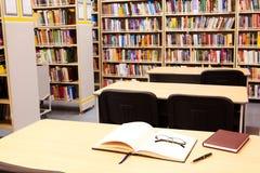 Posto di lavoro in libreria Immagine Stock