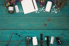 Posto di lavoro di medico - stetoscopio, lavagna per appunti della medicina, bottiglia, f fotografia stock libera da diritti