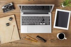 Posto di lavoro moderno con il pc della compressa e del computer portatile sopra Fotografia Stock Libera da Diritti