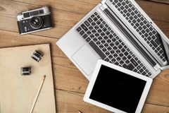 Posto di lavoro moderno con il pc della compressa e del computer portatile sopra Fotografia Stock
