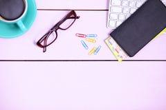 Posto di lavoro moderno con una tazza di caffè e una tastiera di computer, visualizzazione superiore Immagine Stock