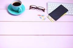Posto di lavoro moderno con una tazza di caffè e una tastiera di computer, visualizzazione superiore Fotografie Stock