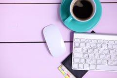 Posto di lavoro moderno con una tazza di caffè e una tastiera di computer, visualizzazione superiore Immagini Stock Libere da Diritti