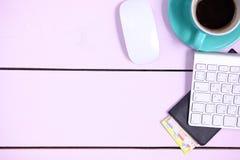 Posto di lavoro moderno con una tazza di caffè e una tastiera di computer, visualizzazione superiore Fotografie Stock Libere da Diritti
