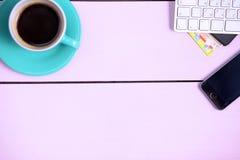Posto di lavoro moderno con una tazza di caffè e una tastiera di computer, visualizzazione superiore Immagine Stock Libera da Diritti