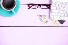 Posto di lavoro moderno con una tazza di caffè e una tastiera di computer, visualizzazione superiore Fotografia Stock Libera da Diritti