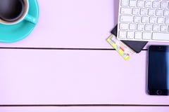 Posto di lavoro moderno con una tazza di caffè e una tastiera di computer, visualizzazione superiore Fotografia Stock