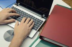 Posto di lavoro moderno di affari con il computer portatile ed alcune carte con il grafico Fotografia Stock