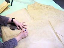Posto di lavoro nello studio di progettazione, progettista femminile che disegna i modelli di carta piani fotografia stock