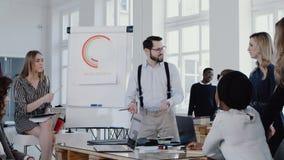 Posto di lavoro sano Colleghi di motivazione del giovane uomo d'affari felice del capo all'ufficio moderno che incontra l'EPICA R stock footage