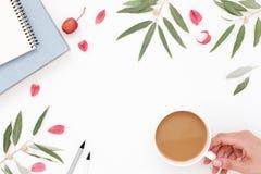 Posto di lavoro di stile di vita, mano, tazza di caffè Immagine Stock