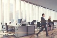 Posto di lavoro in un ufficio dello spazio aperto, lato, la gente Immagini Stock