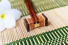 Posto di legno dei bastoncini sul supporto di legno Fotografie Stock Libere da Diritti