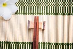 Posto di legno dei bastoncini sul supporto di legno Immagini Stock