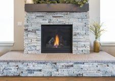 Posto di pietra moderno del fuoco immagine stock