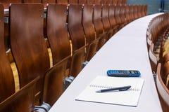 posto di studio nella stanza di conferenza vuota dell'università Fotografia Stock