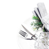 Posto elegante della regolazione della tavola con le decorazioni festive sul pl bianco Fotografia Stock