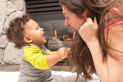 Posto felice del fuoco del bambino della madre fotografia stock