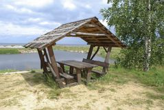 Posto fornito di picnic sulla riva del lago Immagini Stock Libere da Diritti