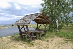 Posto fornito di picnic sulla riva del lago Immagini Stock
