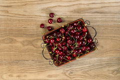 Posto fresco della merce nel carrello dei ciliegi dolci su legno rustico Fotografia Stock