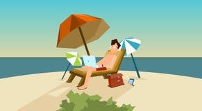 Posto indipendente del lavoro a distanza dell'uomo sul lettino facendo uso della spiaggia del computer portatile royalty illustrazione gratis