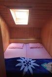 Posto letto per gli alpinisti in un Matratzenlager (stanza del materasso) in una capanna alpina Immagini Stock