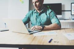 Posto moderno del sottotetto di interior design del mercato dell'economista del computer portatile online di Working Wood Table U Fotografia Stock Libera da Diritti