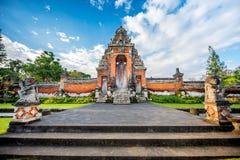 Posto per culto, religione di hinduism Tempie di Bali, Indonesia sul tramonto immagine stock