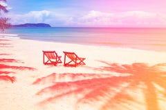 Posto perfetto della spiaggia tropicale per le sedie di rilassamento e vuote e palma dell'ombra sulla spiaggia vicino al mare fotografia stock libera da diritti