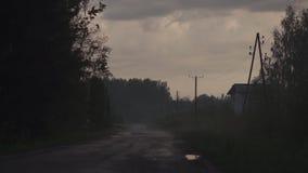 Posto spettrale con foschia nella sera con i colori scuri vivi rossi e magenta e le nuvole - tema di Halloween - spaventosi stock footage
