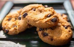 Posto sul piatto di bambù, focu selettivo dei biscotti di pepita di cioccolato Fotografia Stock Libera da Diritti