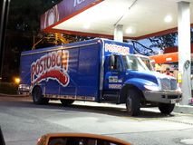 Postobonvrachtwagen op benzinestation Stock Afbeeldingen
