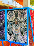 Postojna, Eslovênia - 9 de maio de 2014: Lote de grânulos coloridos dos minerais diferentes e do fundo de pedra Fotografia de Stock Royalty Free