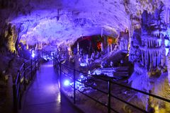 POSTOJNA-HÖHLE, SLOWENIEN - 21. DEZEMBER 2017: Beleuchtung von Postojna-Höhle während des Ereignisses von lebenden Krippen Lizenzfreies Stockfoto