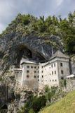 Postojna Slovenien - Juli 11 2017: Predjama slott Arkivbilder