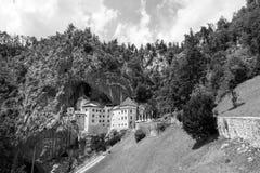 Postojna Slovenien - Juli 11 2017: Predjama; slott på grottan Royaltyfri Fotografi