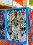 Postojna, Slowenien - 9. Mai 2014: Los farbige Perlen von den verschiedenen Mineralien und vom Steinhintergrund Lizenzfreie Stockfotografie
