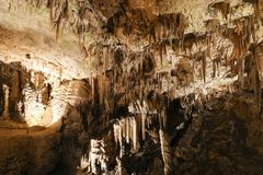 Postojnahol, Slovenië Het hol van de vormingenbinnenkant met stalactieten Stock Foto's
