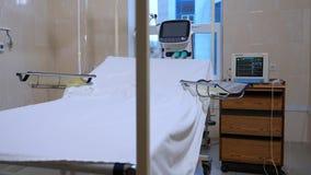 Postoperative oddział w klinice Bielu prześcieradło na łóżku szpitalnym w pustym pokoju Oparzenie centrum Postoperative pokój odd zbiory wideo