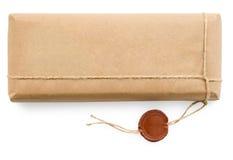 Postpaket im groben Papier auf weißem Hintergrund Stockfotografie
