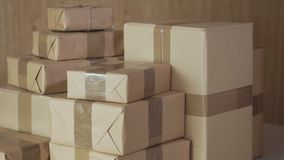 Postpakketten Ardboard dozen Ð ¡ koopwaar voor verzending aan internationale bestemmingen stock video