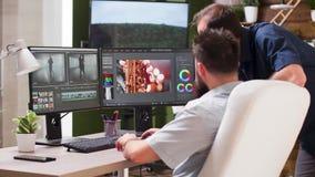 In postproductiehuis twee spreken de redacteurs over nieuwe klem stock video