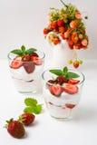 Postre acodado del queso cremoso de las fresas en el fondo blanco Fotos de archivo libres de regalías