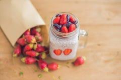 Postre acodado sano con el pudín, la fresa y las mieles del chia Fotografía de archivo libre de regalías