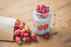 Postre acodado sano con el pudín, la fresa y las mieles del chia Fotos de archivo