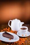 Postre blanco del vajilla y del chocolate en fondo de madera con la baya Imagen de archivo